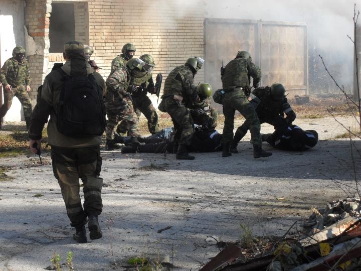 Для освобождения заложников подразделения спецназа провели штур